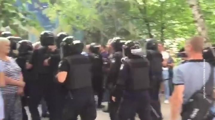 Украинские власти бросили силовиков на разгон возмущенных подтасовками избирателей