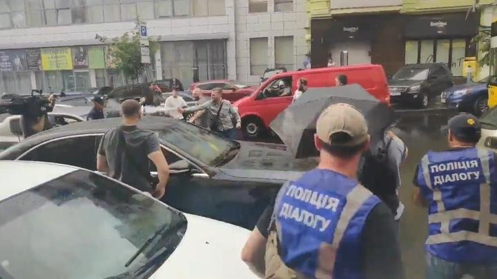 После допроса на Порошенко попытались напасть несколько человек