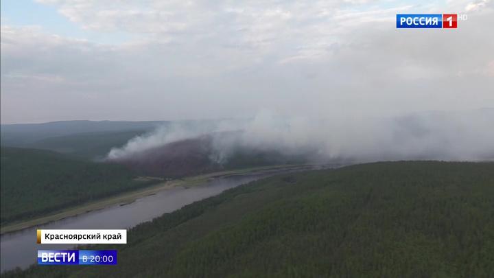 В сердце красноярской тайги пожарные отсекают огонь вручную