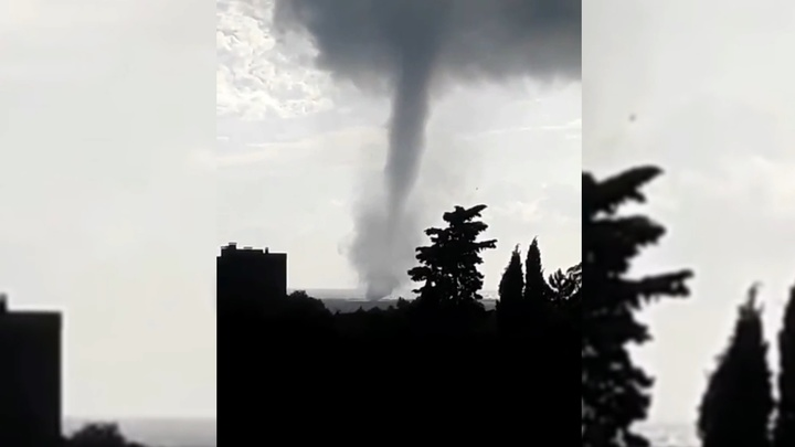 Туристы сняли на видео огромный смерч у побережья Сочи