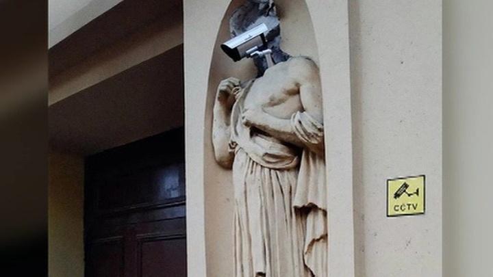 Что это? На скульптуре дома в Петербурге вместо головы появилась видеокамера