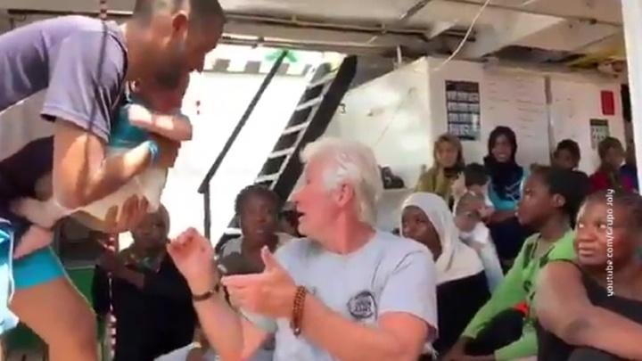 Ричард Гир лично привез продукты на корабль со спасенными мигрантами
