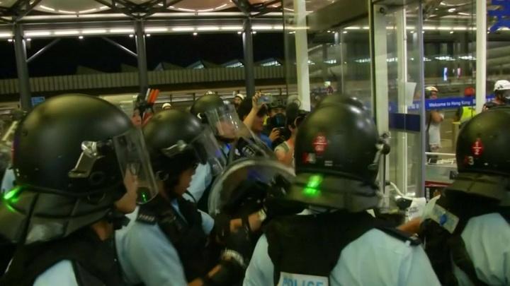 В аэропорту Гонконга наводят порядок