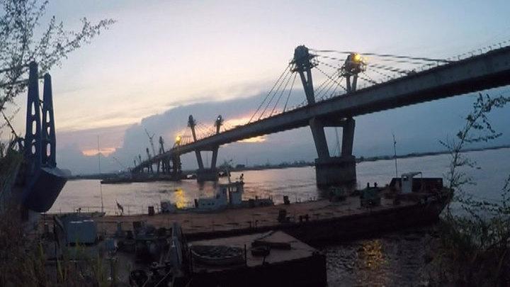 Строительство моста из Благовещенска в китайский Хэйхэ идет и днем, и ночью