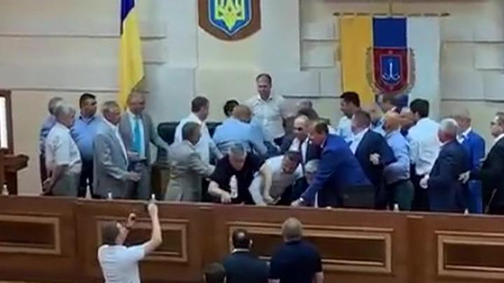 Захваты и рваная одежда: одесские депутаты провели заседание в лучших традициях