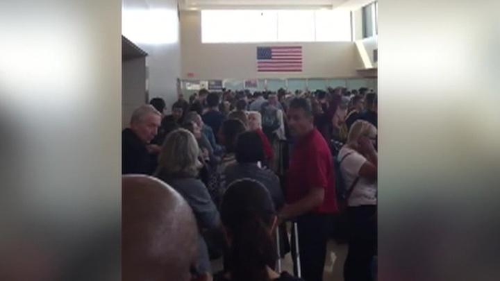 СМИ: в американских аэропортах нарушена работа электронного таможенного контроля
