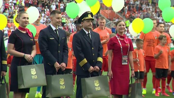 Героический экипаж А321 на футбольном матче: трибуны взорвались в овациях