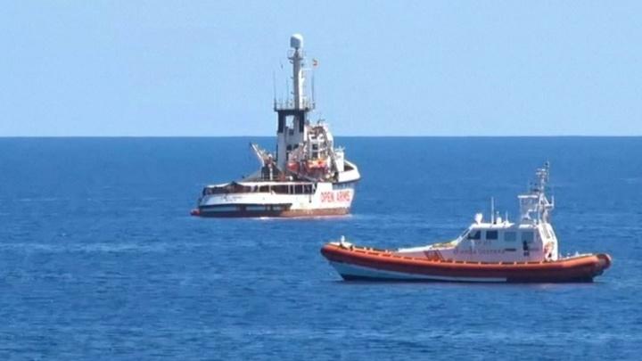 Испания готова принять судно с мигрантами, но получила отказ