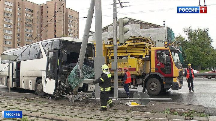 29 пострадавших: туристический автобус с китайцами снес столб