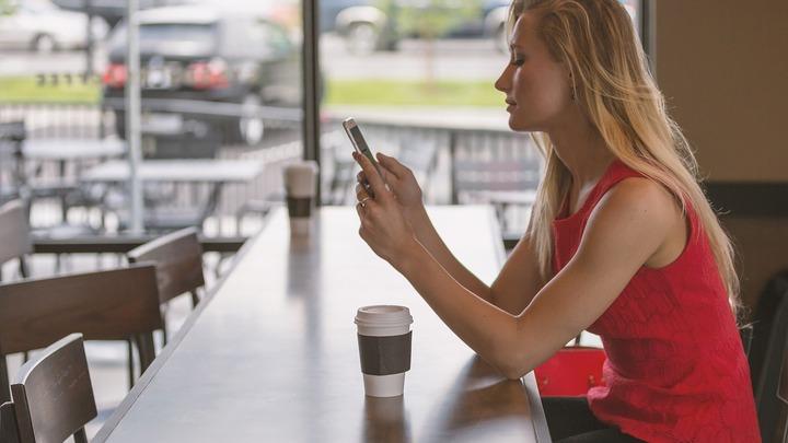 Для полноценного отдыха во время перерыва на работе смартфон стоит отложить, считают специалисты.