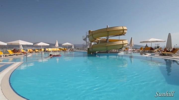 ЧП в турецком отеле: школьницу из Петербурга засосало  в трубу бассейна