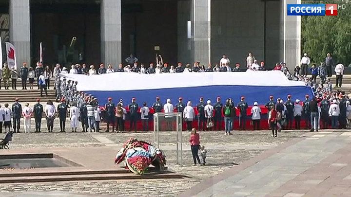 Концерты, флешмобы и конное шоу: в столице отмечают День государственного флага