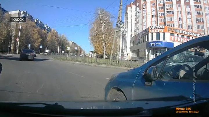 Для чего таксист из Курска таранит лихачей?