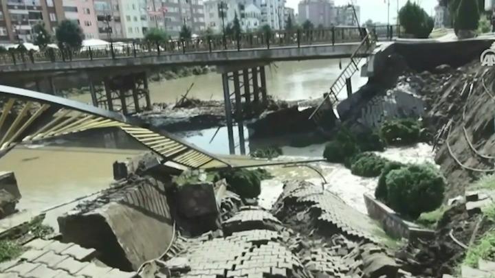 Мост с пешеходами обрушился в Турции