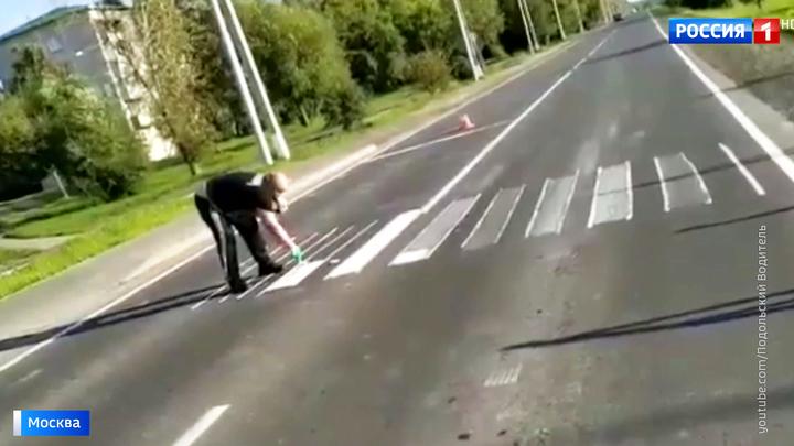 В Новой Москве мужчина самостоятельно нарисовал на дороге пешеходный переход