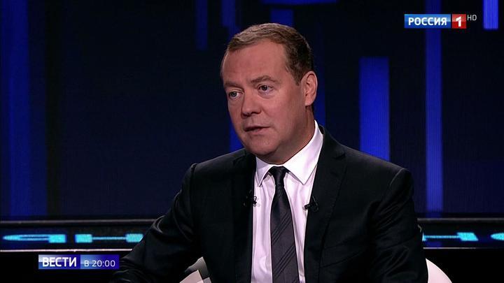 """Программа """"Диалог"""" с Медведевым: премьер привел в действие регуляторную гильотину"""