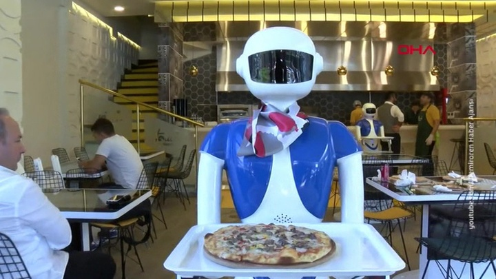 Турецкий ресторан заменил всех официантов на роботов