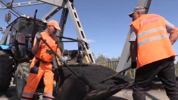 В ЛНР завершают ремонт важнейшего моста между Украиной и республикой