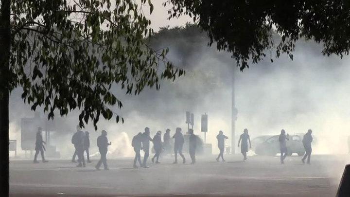 """Беспорядки во Франции: против """"желтых жилетов"""" применили слезоточивый газ"""
