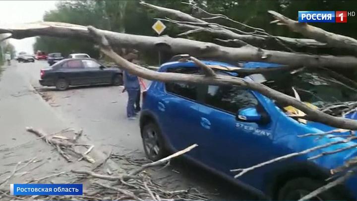 Оборванные ЛЭП, пострадавшие и сорванные крыши: шторм бушует на юге России