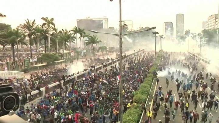 В Индонезии начались массовые беспорядки