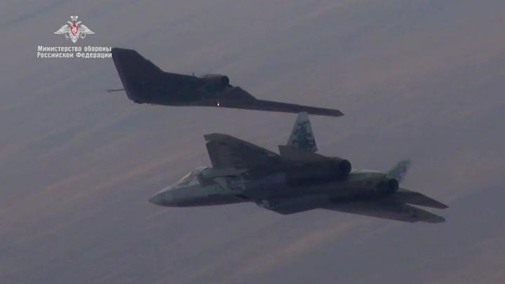 """""""Охотник"""" выступил в роли разведчика для истребителя Су-57"""