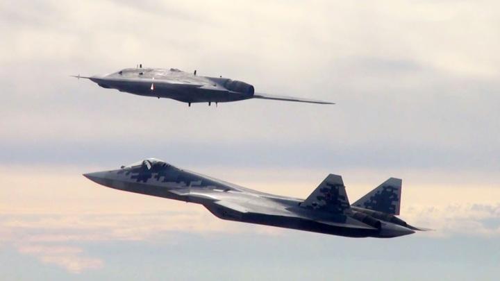 """Беспилотники """"Охотник"""" будут воевать вместе с пилотами Су-57"""