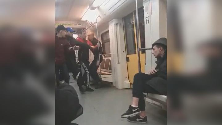 """""""Он же провокатор!"""": драка в московском метро попала на видео"""