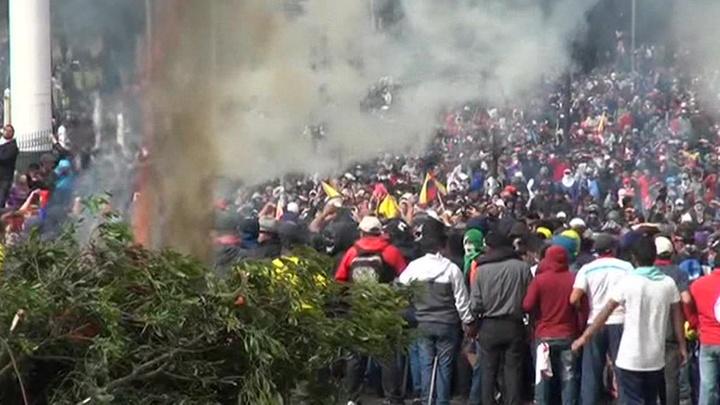 В Эквадоре из-за беспорядков введен комендантский час