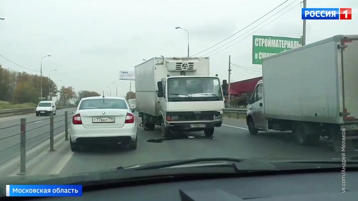 На Дмитровском шоссе грузовик вылетел на встречку