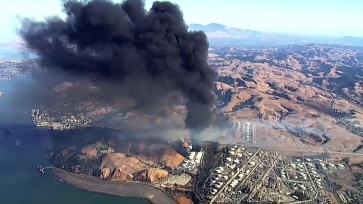 В США тушат крупный пожар на нефтебазе