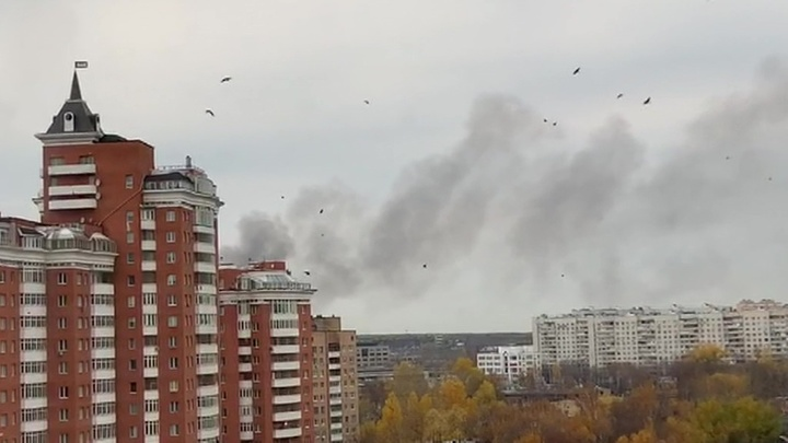 На западе Москвы горит склад