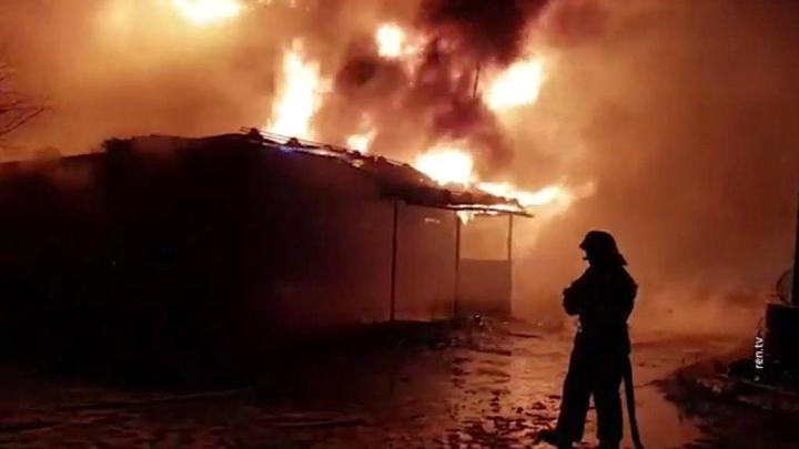 На причале в Мурманске вспыхнул склад с машинным маслом