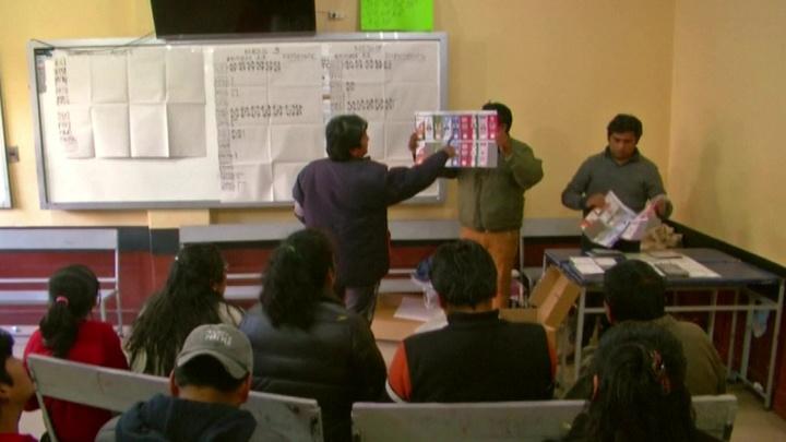 Президент Боливии лидирует на выборах, но не побеждает в первом туре
