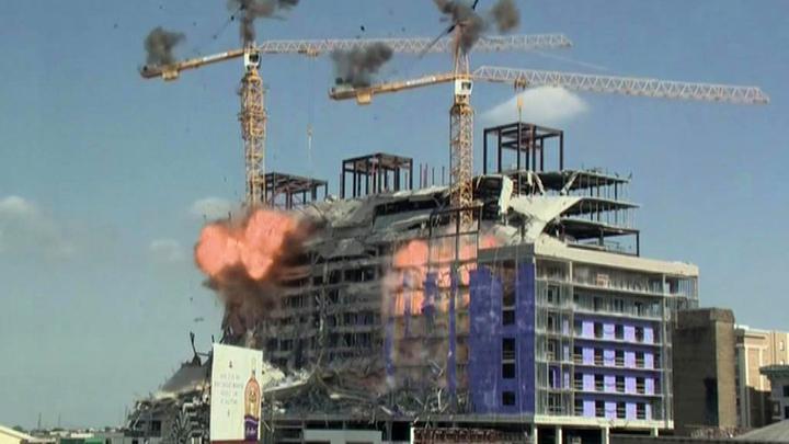 В Новом Орлеане строительный кран упал на здание из-за управляемого взрыва