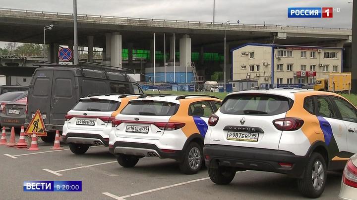 Шокирующая авария в Москве: на Фрунзенской набережной перевернулся автомобиль каршеринга