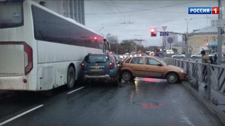Десятки аварий и многокилометровые пробки парализовали города Сибири и Урала
