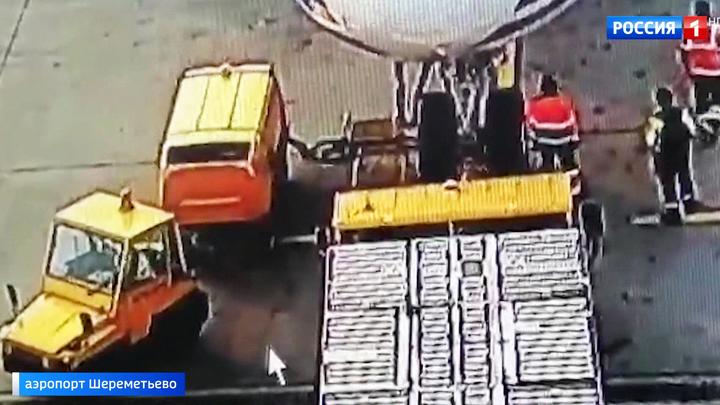 """В Шереметьеве тягач повредил грузовой """"Боинг"""""""
