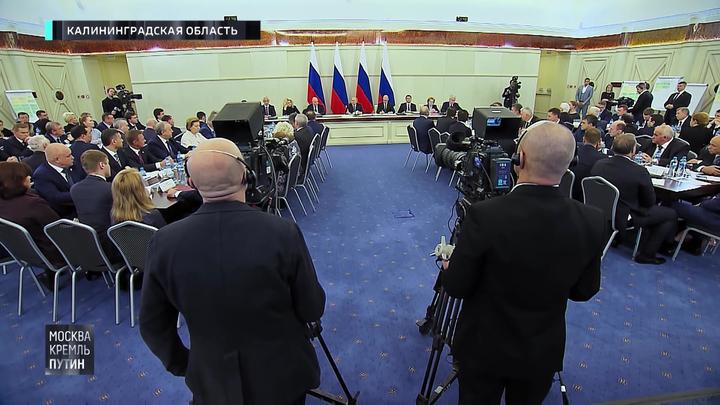 В Светлогорске Путин занялся вопросами медицины и показал кулак