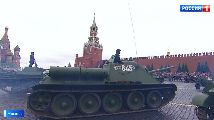 В честь парада 1941 года по Красной площади прошли тысячи военных и курсантов
