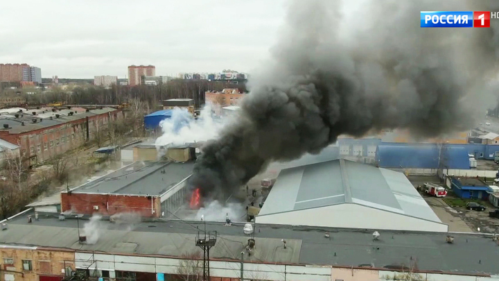 В Долгопрудном загорелся склад