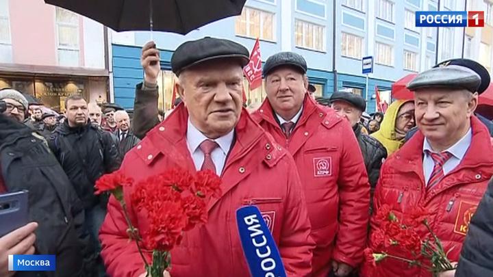 В столице прошло шествие в честь Октябрьской революции 1917 года