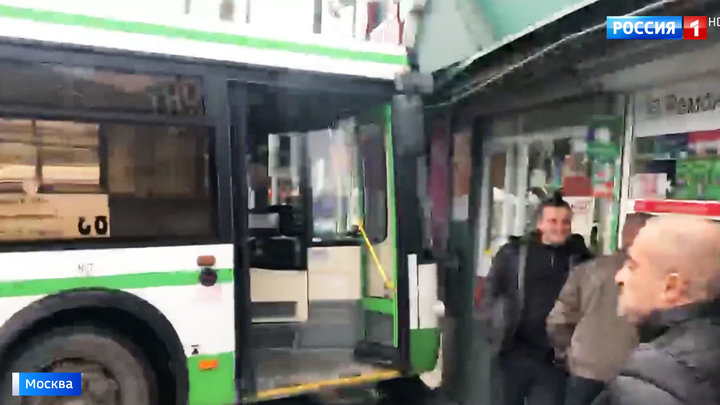 На востоке Москвы автобус въехал в торговый центр