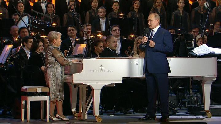 Путин поздравил Пахмутову с цветами и орденом