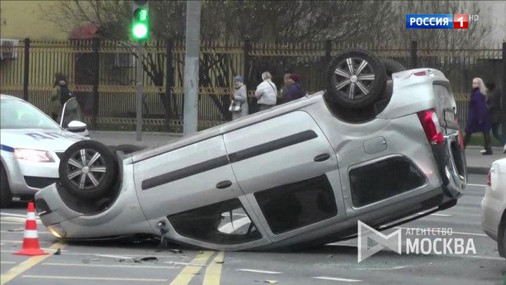 На Ленинском проспекте столкнулись три автомобиля, а на Ореховом бульваре таксист протаранил шесть