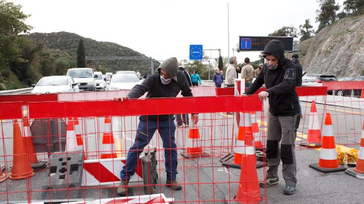 Каталонская оппозиция перекрыла дорогу между Испанией и Францией