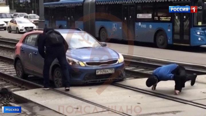 На Варшавке автомобиль каршеринга сел на рельсы