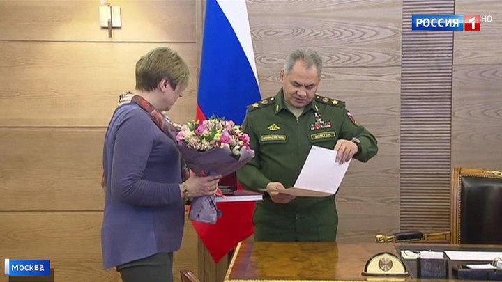 Никто не забыт: Шойгу вручил удостоверения к наградам внучке погибшего героя
