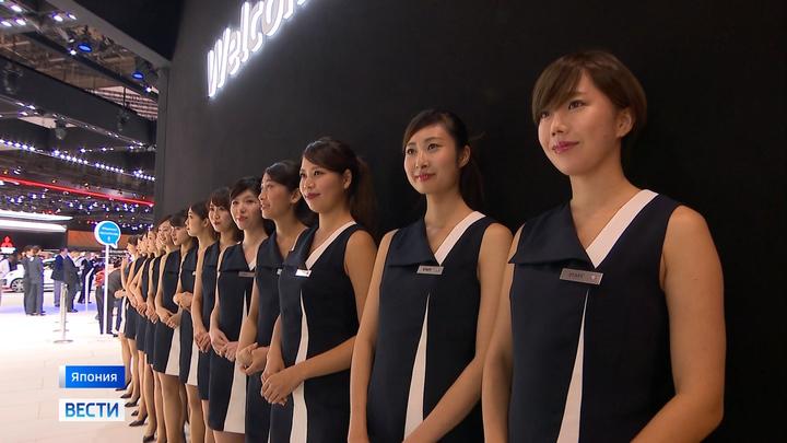 Японские женщины начали бороться за право носить очки