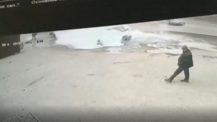 Момент падения машины в яму с кипятком в Пензе попал на видео